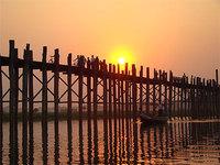pont d'U Bein (Myanmar) au-dessus du lac taungthaman, le + long pont en teck du monde