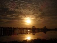 coucher de soleil sur le pont U Bein (Myanmar) reliant les rives de l'ancienne cité royale Amarapura