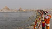 un des ponts flottants franchissant le sangam pour faire le pelerinage de Kumbh Mela (fête du vase)
