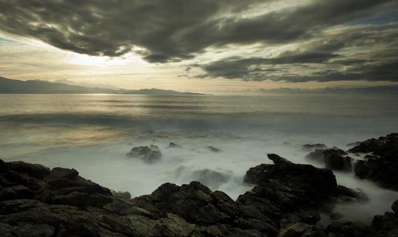 coucher de soleil sur mer houleuse en Corse [photo karine Andréi]