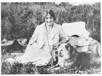 marie Bonaparte , amie et correspondante de Freud avec son chow-chow au poil d'or Topsy