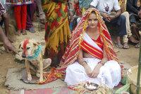 mangli munda et son époux à 4 pattes (cérémonie de mariage en Inde)