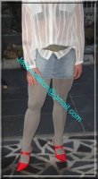 minijupe jeans avec chemise blanche 1
