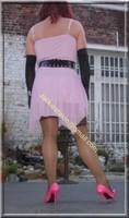robe rose gants noir 4