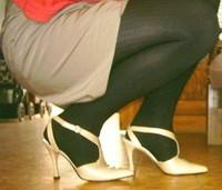 chaussures a talons laques creme avec collant noir et jupe kaki 14