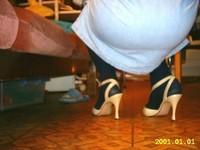 chaussures a talons laques creme avec collant noir et robe en jeans 1