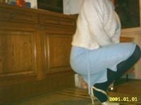 chaussures a talons laques creme avec collant noir et robe en jeans 17