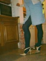 chaussures a talons laques creme avec collant noir et robe en jeans 12