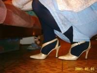 chaussures a talons laques creme avec collant noir et robe en jeans