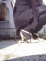 Chaussure brillante creme ouverte derriere avec collant noir et robe noir32