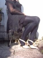 Chaussure brillante creme ouverte derriere avec collant noir et robe noir30