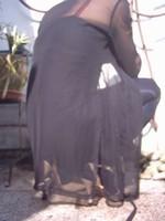 Chaussure brillante creme ouverte derriere avec collant noir et robe noir56