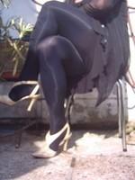Chaussure brillante creme ouverte derriere avec collant noir et robe noir15