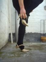 Chaussure brillante creme ouverte derriere avec collant noir et robe noir