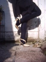 Chaussure brillante creme ouverte derriere avec collant noir et robe noir27