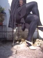 Chaussure brillante creme ouverte derriere avec collant noir et robe noir28