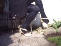 Chaussure brillante creme ouverte derriere avec collant noir et robe noir20