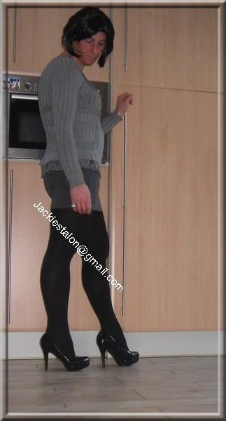 minijupe grise blouse grise visage 2