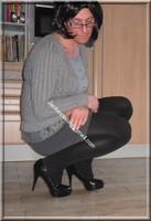 minijupe grise blouse grise visage 39