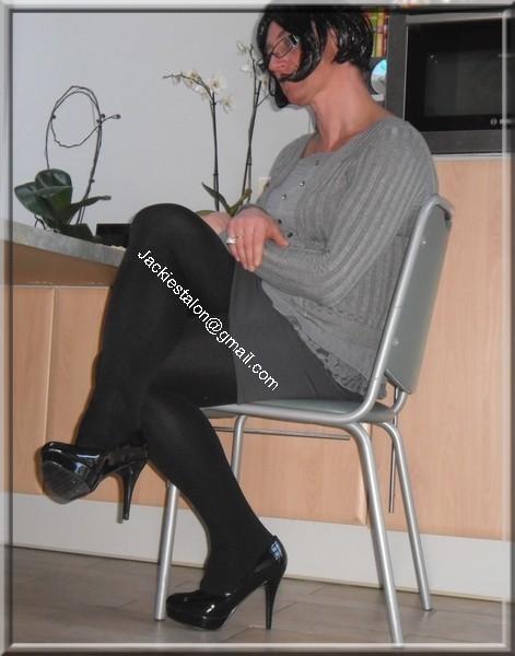 minijupe grise blouse grise visage 47