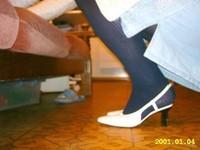Chaussures blanches avec robe en jeans et avec collant noir 1