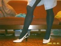 Chaussures blanches avec robe en jeans et avec collant noir 6