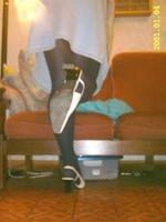 Chaussures blanches avec robe en jeans et avec collant noir 3