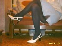 Chaussures blanches avec robe en jeans et avec collant noir 2