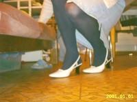 Chaussures blanches avec robe en jeans et avec collant noir 12