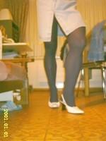Chaussures blanches avec robe en jeans et avec collant noir 8