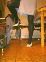Chaussures blanches avec robe en jeans et avec collant noir 11