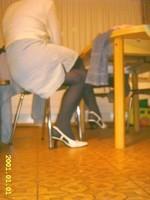 Chaussures blanches avec robe en jeans et avec collant noir10