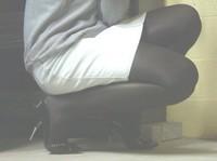 escarpins noir a talons aiguille metalique avec noeud avec minijupe en jeans 1