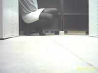 escarpins noir a talons aiguille metalique avec noeud avec minijupe en jeans 5