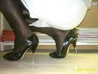 escarpins noir a talons aiguille metalique avec noeud avec minijupe en jeans 9