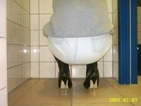 escarpins noir a talons aiguille metalique avec noeud avec minijupe en jeans 21