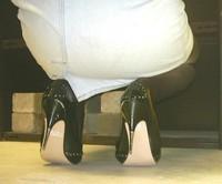 escarpins noir a talons aiguille metalique avec noeud avec minijupe en jeans