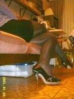 escarpins noir a talons aiguille metalique avec noeud et collant  noir avec minijupe noir 5