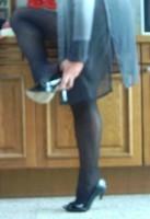 escarpins noir a talons aiguille metalique avec noeud et collant  noir avec minijupe noir 6