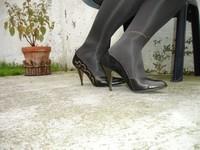 Escarpins noir avec dessin dore avec jupe en jeans3 [800x600]