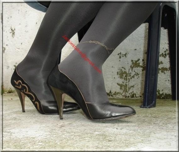 Escarpins noir avec dessin dore