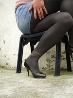 Escarpins noir avec dessin dore avec jupe en jeans1 [800x600]
