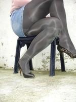 Escarpins noir avec dessin dore avec jupe en jeans2 [800x600]