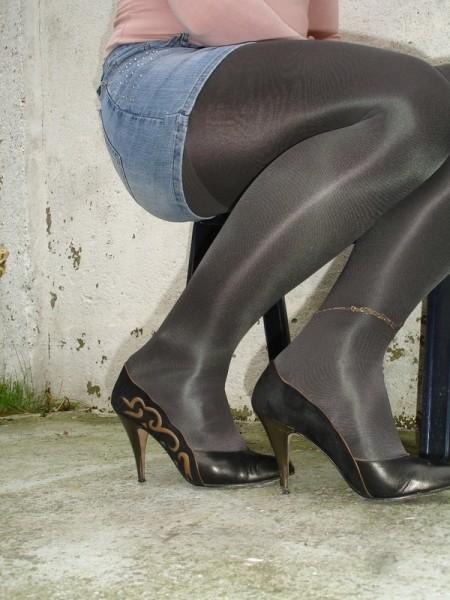 Escarpins noir avec dessin dore avec jupe en jeans [800x600]