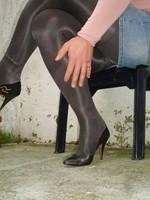Escarpins noir avec dessin dore avec jupe en jeans8 [800x600]