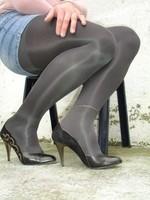 Escarpins noir avec dessin dore avec jupe en jeans5 [800x600]