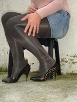 Escarpins noir avec dessin dore avec jupe en jeans11 [800x600]