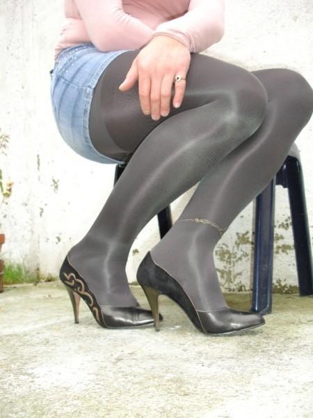 Escarpins noir avec dessin dore avec jupe en jeans4 [800x600]