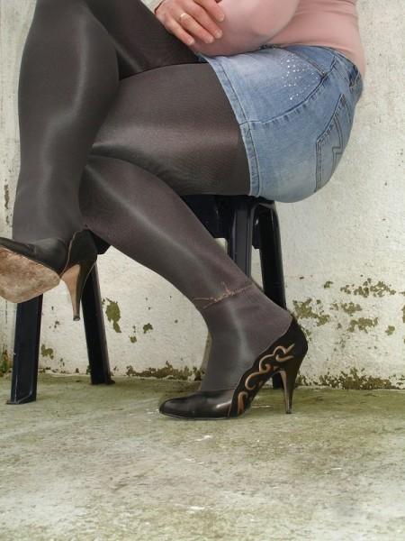 Escarpins noir avec dessin dore avec jupe en jeans12 [800x600]