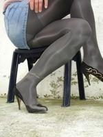 Escarpins noir avec dessin dore avec jupe en jeans6 [800x600]